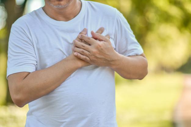 Angina Pektoris - Seorang pria dewasa memegang dada yang terasa nyeri