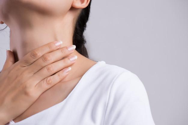 Angioedema - Seorang wanita sedang memegang tenggorokannya