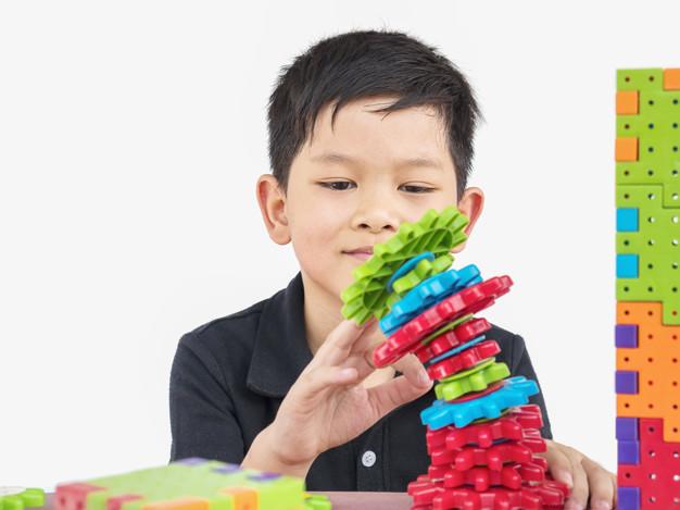 ADHD - Seorang anak sedang bermain puzzle blok