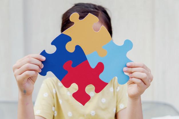 Autisme - Seorang anak sedang bermain puzzle blok