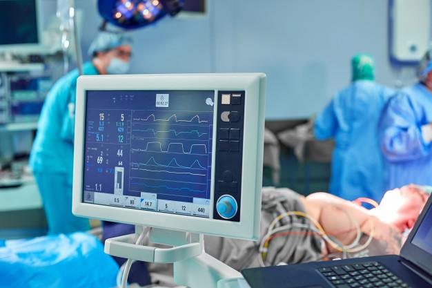 Layar monitor untuk memantau kondisi pasien yang sedang menjalani transplantasi jantung