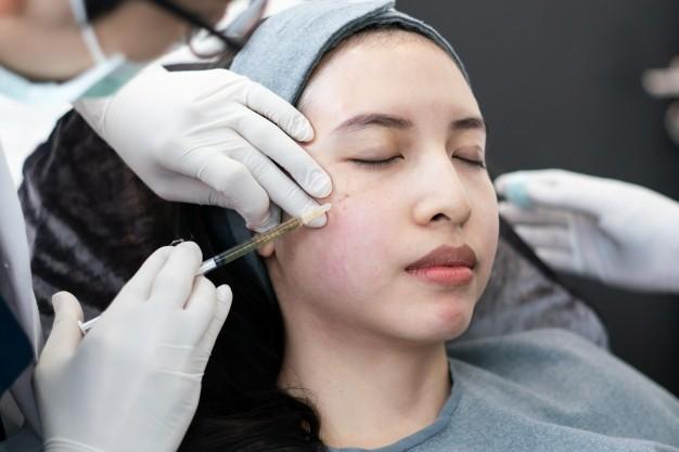 Seorang wanita sedang menjalani perawatan dermal filler di klinik kecantikan