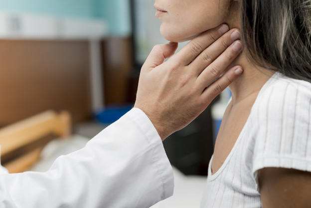 Seorang dokter sedang memeriksa pasien wanita yang mengalami keluhan sulit menelan akibat disfagia