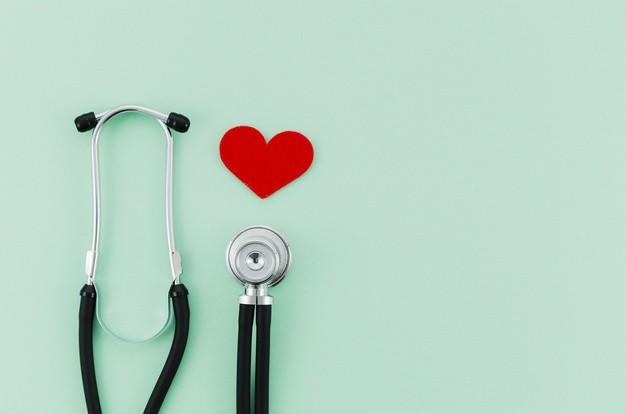 Sebuah stetoskop dan gambar hati berwarna merah