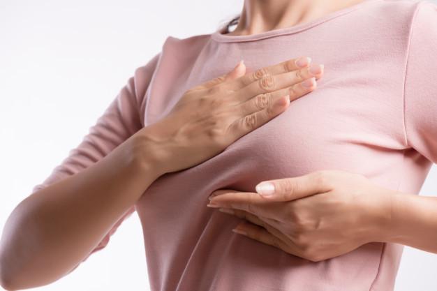 Fibroadenoma mammae - seorang wanita sedang memegang payudara yang terasa nyeri