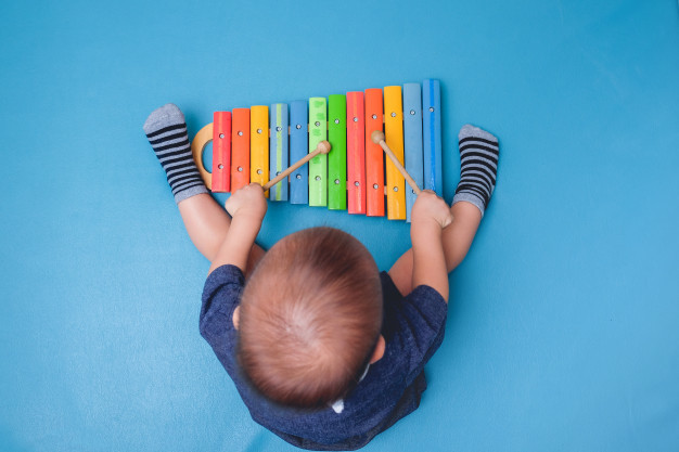 Gambar anak sedang bermain sendiri sebagai simbol penyakit hidrosefalus yang sering menyerang anak0anak