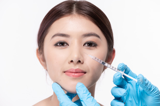 Seorang wanita sedang bersiap untuk menjalani prosedur operasi plastik
