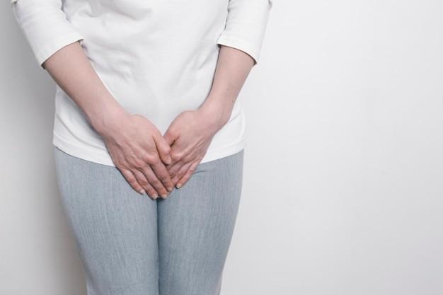 Seorang wanita menutup kemaluannya dengan tangan sebagai simbol kanker vagina