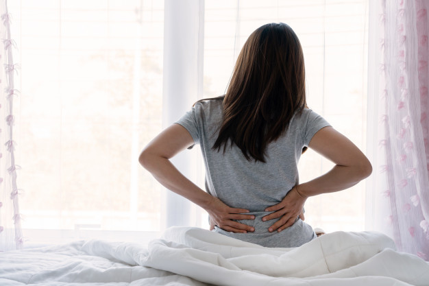 Kista Ginjal - Seorang wanita sedang memegang punggung belakangnya