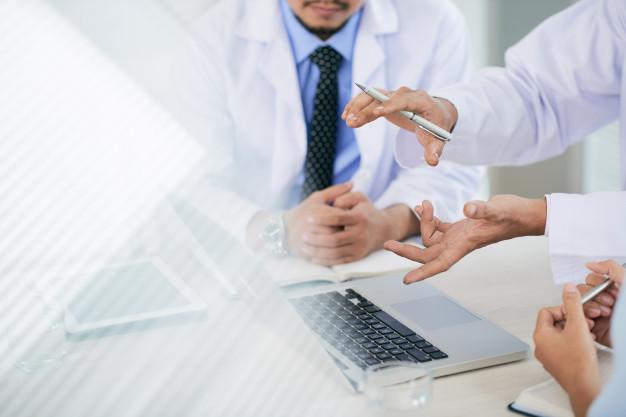 Tiga dokter sedang berdiskusi sebelum memberikan diagnosis akurat ke pasien