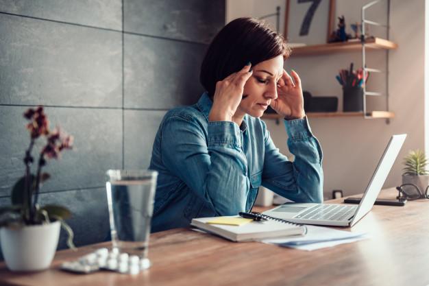Seorang wanita mengalami sakit kepala akibat pengobatan berlebihan