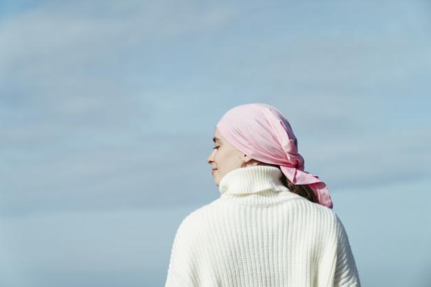 Ilustrasi seorang penderita kanker mata yang sedang menikmati udara segar