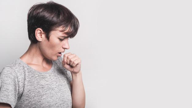 Tuberkulosis - seorang wanita sedang batuk